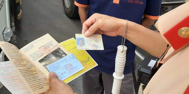 CSGT Bắc Ninh kiểm tra giấy tờ xe của tài xế ôtô trên Quốc lộ 17. Ảnh:Bá Đô